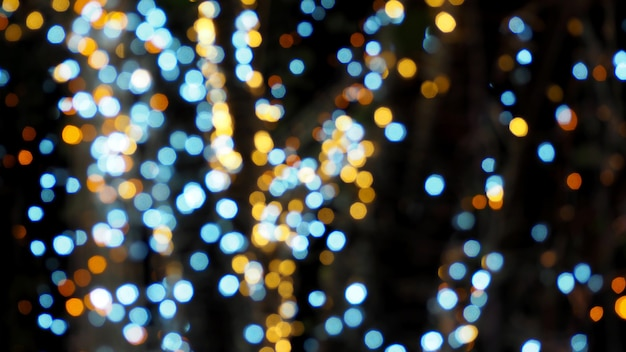 Lumières floues colorées de bokeh pendant la nuit.