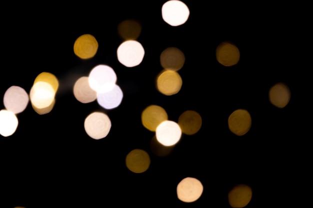 Lumières floues sur fond noir