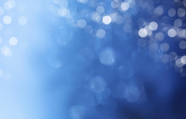 Lumières sur fond bleu.