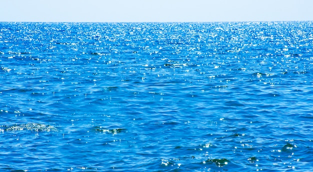 Lumières sur fond de mer. vagues.