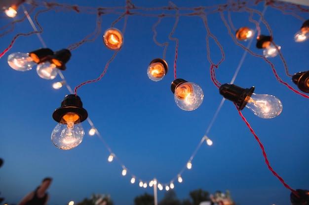 Lumières et lumières la nuit contre le ciel bleu. bokeh