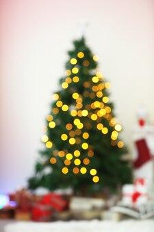 Lumières de noël sur l'arbre de noël de fond abstrait