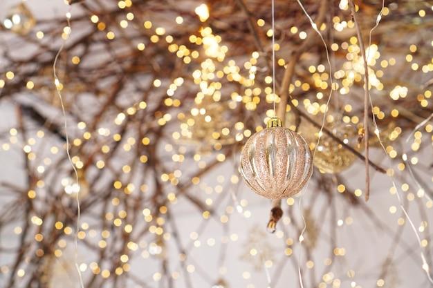 Lumières de noël et boule sur les branches d'un arbre et lumières