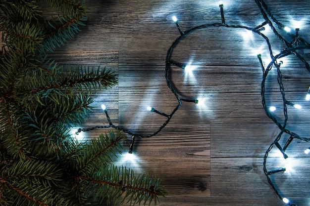 Lumières de noël et branches d'épicéa