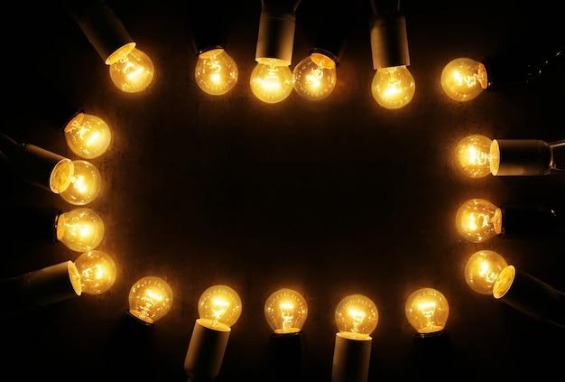 Lumières de noël festives sur fond sombre