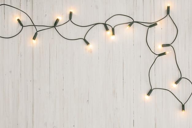Lumières de noël sur fond en bois blanc