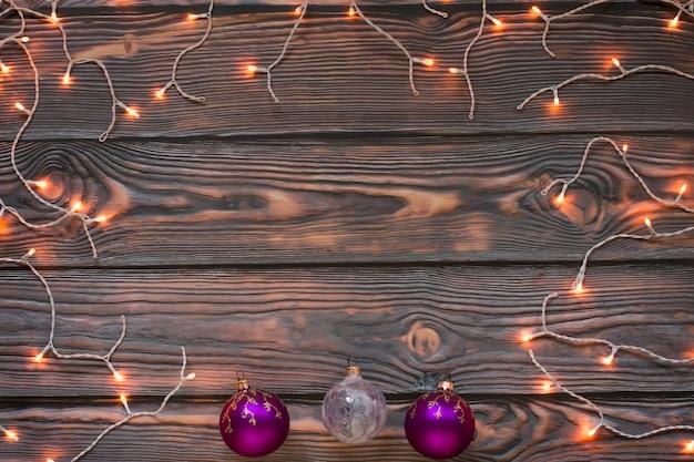 Lumières de noël fond en bois brun avec des ornements