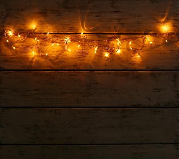 Lumières de noël sur fond de bois
