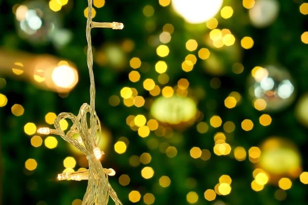 Lumières de noël sur fond flou et flou d'éclairage de noël.