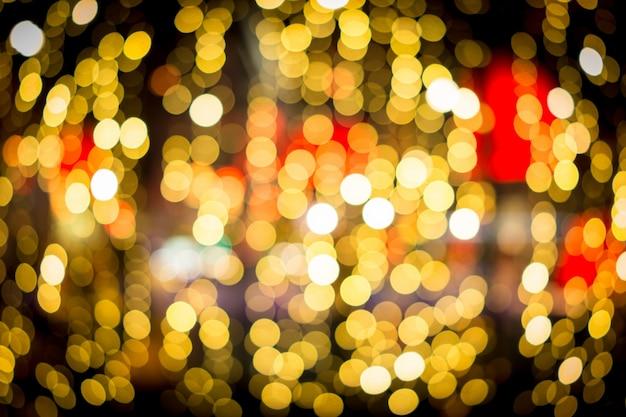 Lumières de nuit rue de la ville dans les restaurants