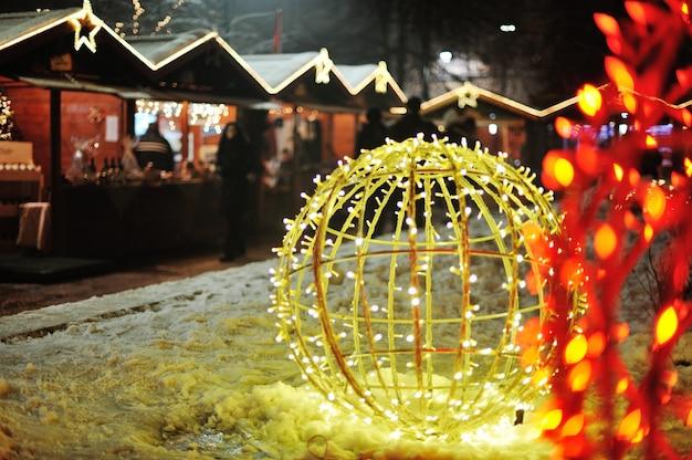 Lumières de la nuit à la ville pour célébrer noël