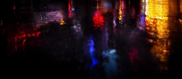 Lumières et ombres de la ville de new york. image flou des rues de new york après la pluie avec des reflets sur l'asphalte humide