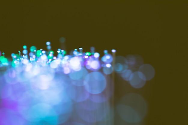 Lumières poussiéreuses colorées sur les fibres optiques