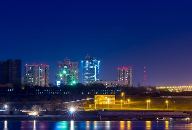 Lumières de réflexion de la ville de nuit dans une grande rivière