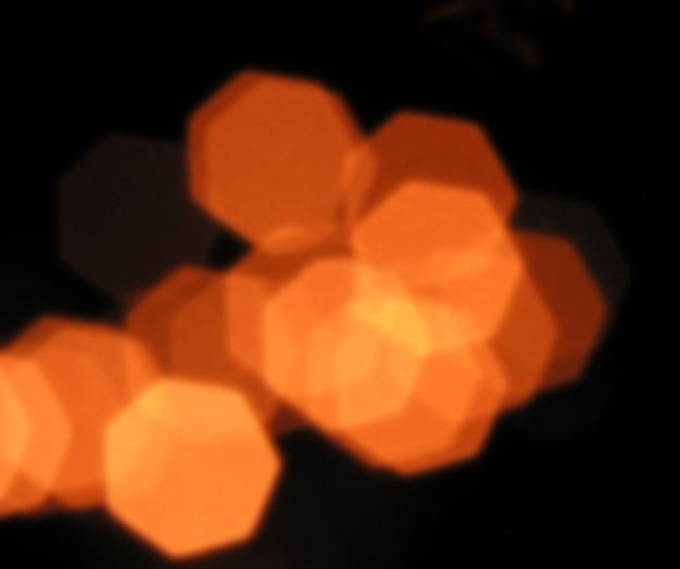 Lumières rouges floues sur fond noir
