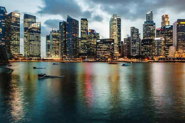 Les lumières de la ville se reflétant dans l'eau