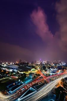 Lumières de voiture dans la rue la nuit au centre-ville