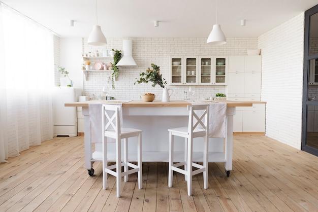 Lumineuse cuisine moderne confortable avec îlot