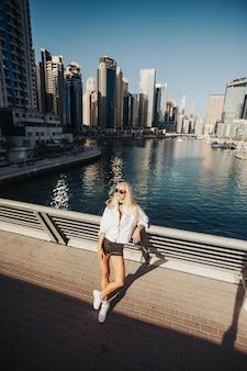 Lumineux et propre avec vue sur le lac dans une ville urbaine style de vie du pays du golfe des émirats. photographie de dame russe dans la ville avec un grand bâtiment dans les environs.