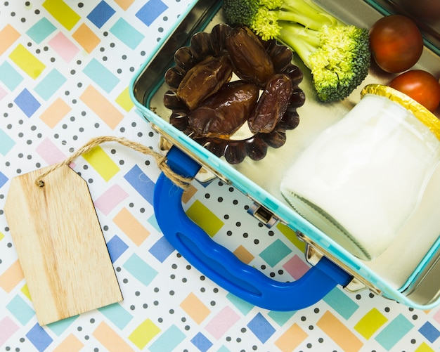 Lunchbox avec étiquette et nourriture