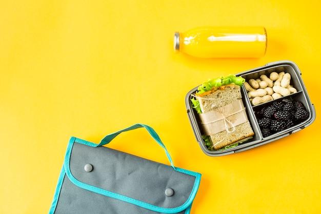 Lunchbox avec de la nourriture