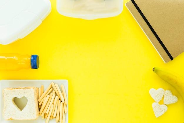 Lunchboxes près de la nourriture et cahier
