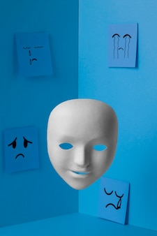 Lundi bleu avec masque facial et notes de papier
