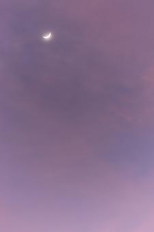 La lune et le ciel, les nuages au moment des rayons du soleil
