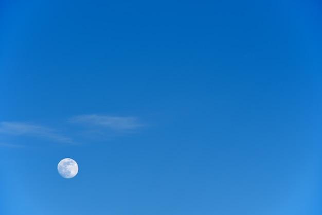 Lune contre le bleu du ciel du soir, espace copie