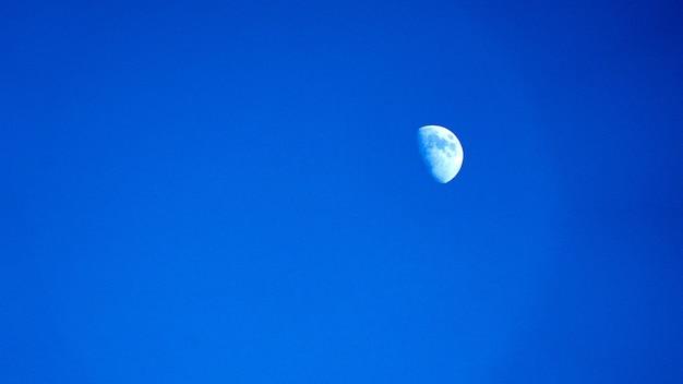 Lune dans un ciel bleu clair au matin, sotchi russie