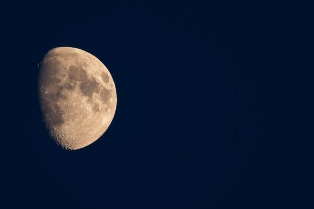 Lune dans le ciel avec des cratères visibles