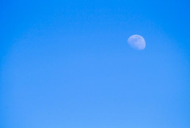 La lune dans le ciel de la journée
