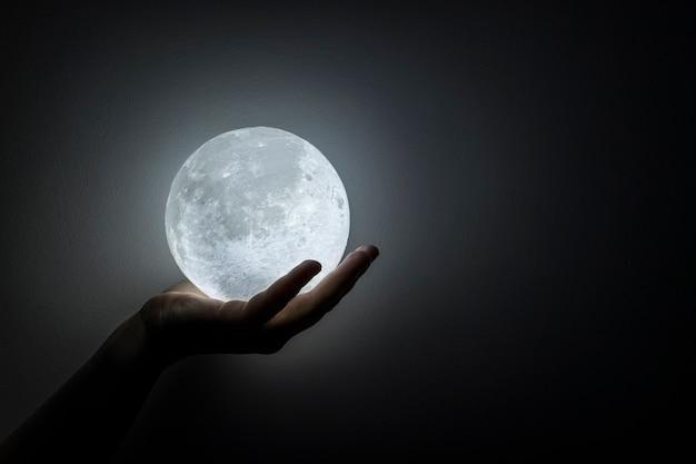 Lune dans la main