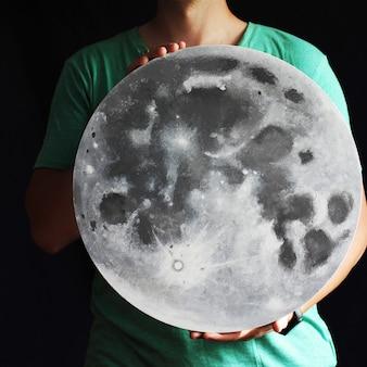 La lune est entre les mains. grande pleine lune en main