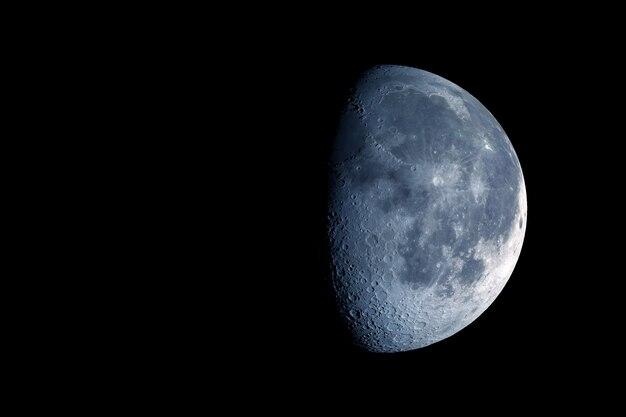 La lune est en phase de croissance sur un fond sombre éléments de cette image fournis par la nasa