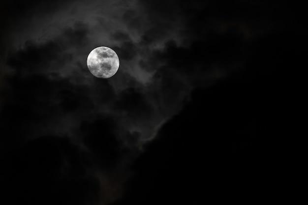 Lune et nuages dans le ciel lors d'une nuit tranquille avec le vent qui souffle