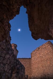 Lune parmi les ruines