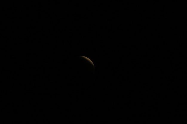 La lune qui était bloquée par l'ombre de la terre