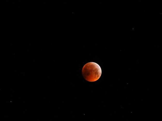 Lune de sang dans le ciel clair