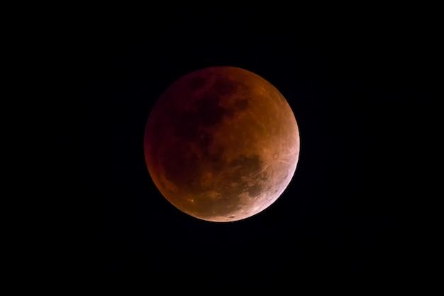 Lune de sang dans l'éclipse lunaire et aussi une lune bleue et super lune