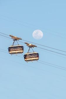 Lune et le téléphérique du pain de sucre à rio de janeiro brésil