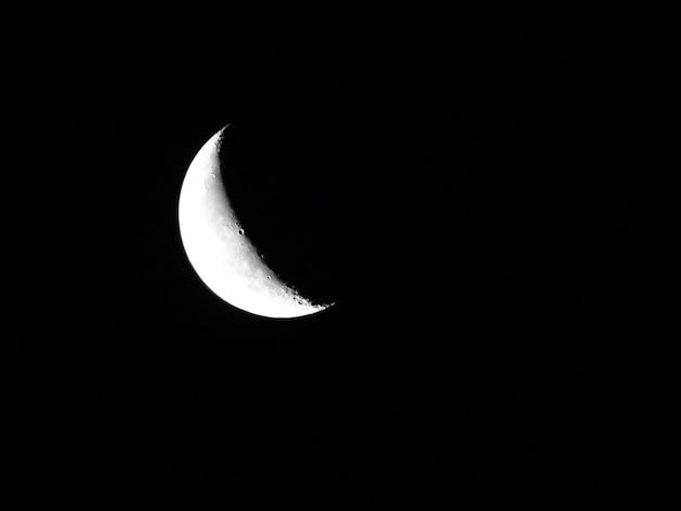 Lune de la terre rougeoyante sur fond noir
