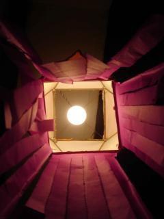 Lune à travers la boîte