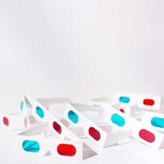 Lunettes 3d rouges et bleues isolés sur fond blanc