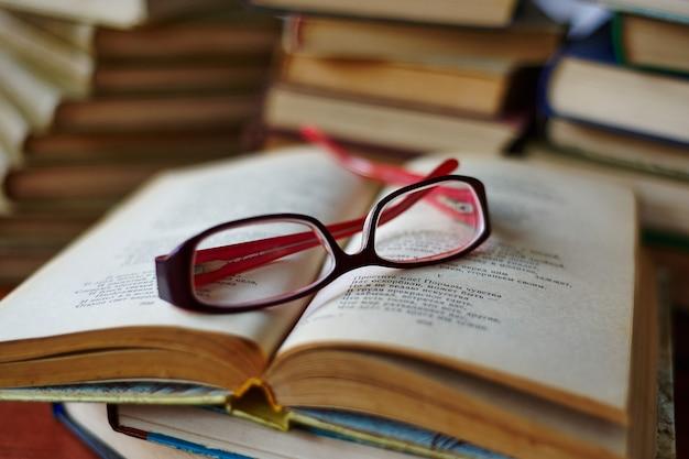 Lunettes allongées sur une page de livre ouvert