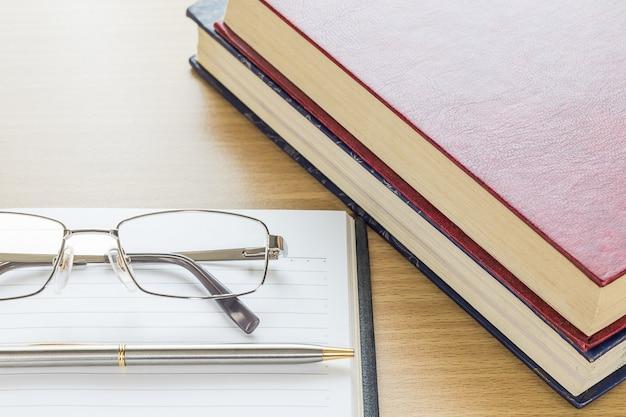 Lunettes et cahier ouvert page blanche