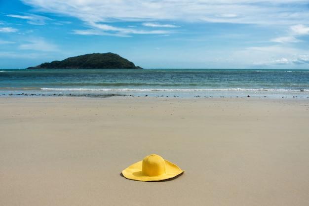 Lunettes et chapeau jaunes sur la plage