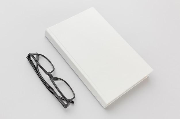 Lunettes à côté de livre