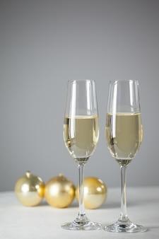 Lunettes avec du champagne et des cadeaux fond