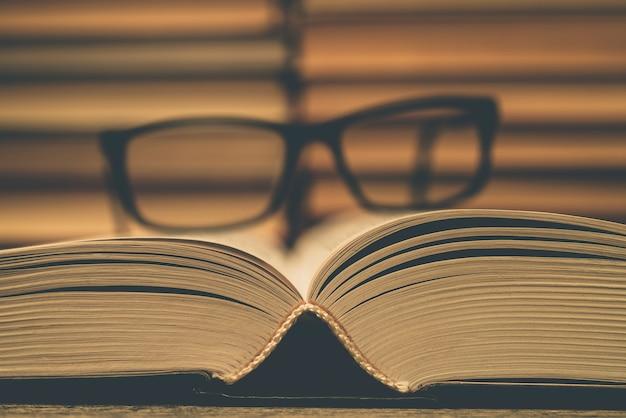 Lunettes sur le fond des livres. symbole de la connaissance, de la science, de l'étude et de la sagesse.